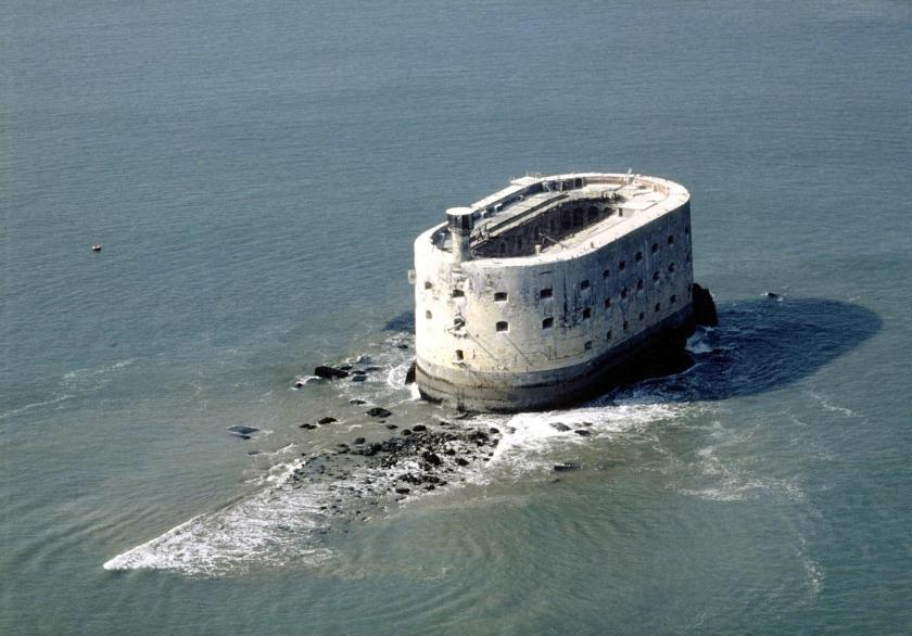 Fort_Boyard_low_tide